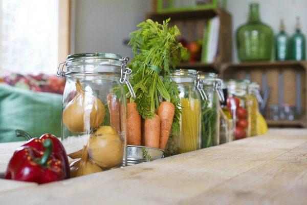 Close-up van groenten in sleuf op tafel