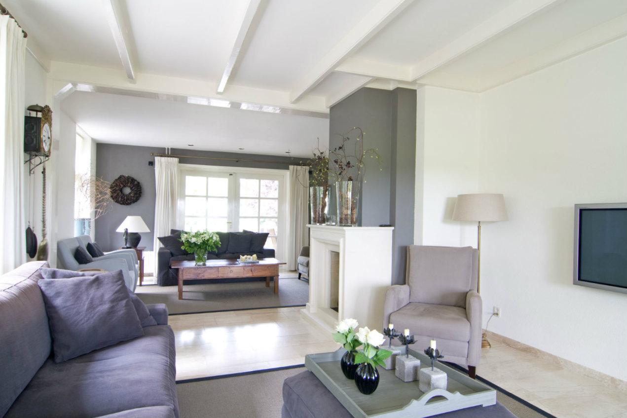 Voorzijde van woonkamer van een villa in Egmond