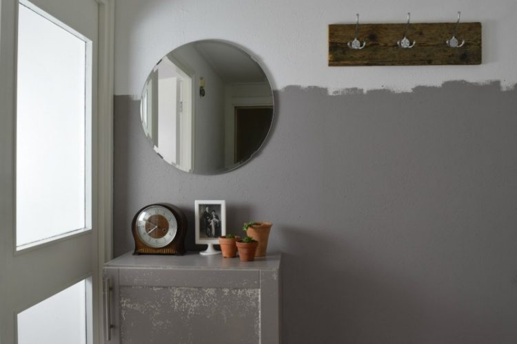 Hal met half geschilderde muur