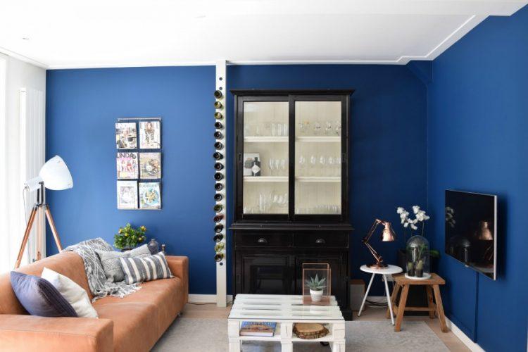 Woonkamer met blauwe muur
