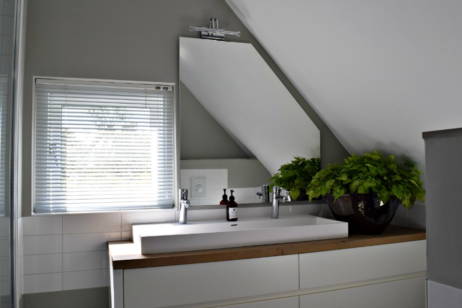 Badkamer met wit meubel   Atelier09