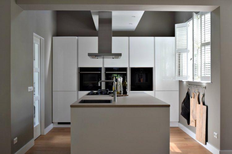 Strakke witte keuken met leuk rek voor planken | Atelier09