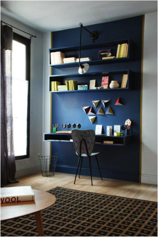 Een blauwe muur met blauwe planken