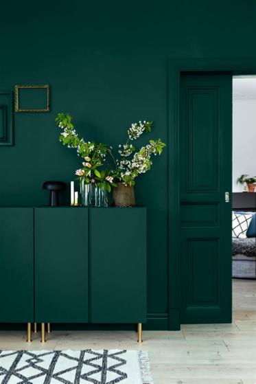 Muur, kast en deur groen geschilderd