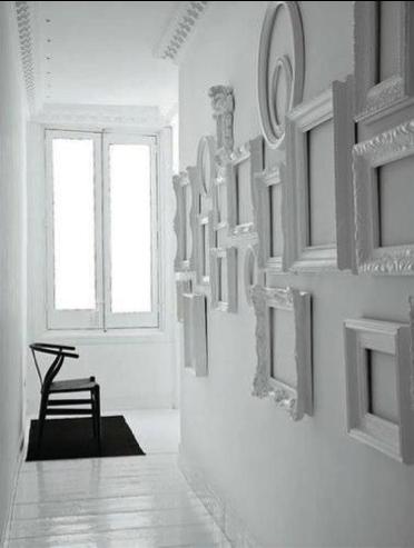 Witte lijsten op een witte muur