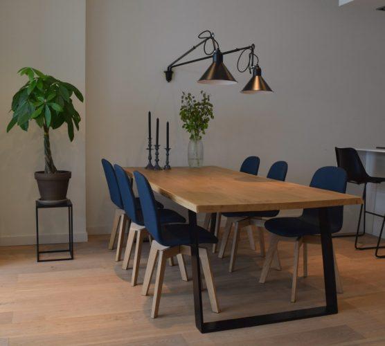 Eettafel met gave lampen aan de wand - Atelier09