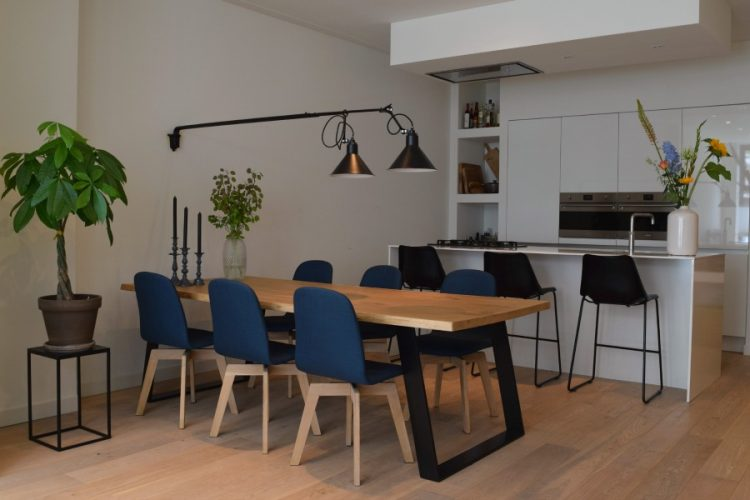 Ruime eethoek voor lichte keuken met eiland - Atelier09
