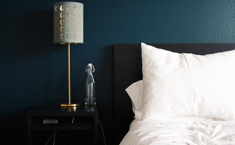 Ga voor een donkere kleur in je slaapkamer