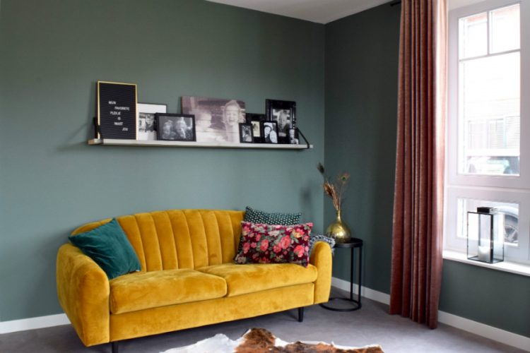 Leuke gele bank gecombineerd met roze en groen - Atelier09