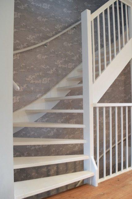 Dit behang hangt langs het hele trappenhuis - Atelier09