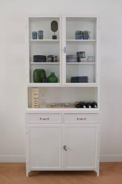 Gave stalen apothekerskast met servies - Atelier09