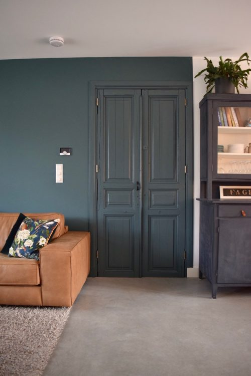 Oude deuren in de kleur van de muur - Atelier09