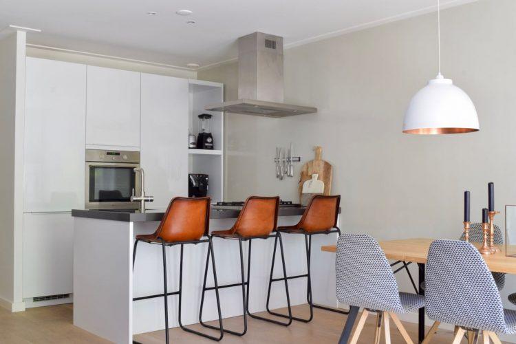 Tijdloze keuken met industrieel krukken - Atelier09