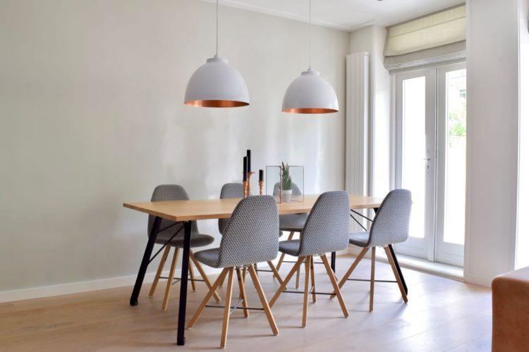 Toffe glimmende wand achter de tafel - Atelier09