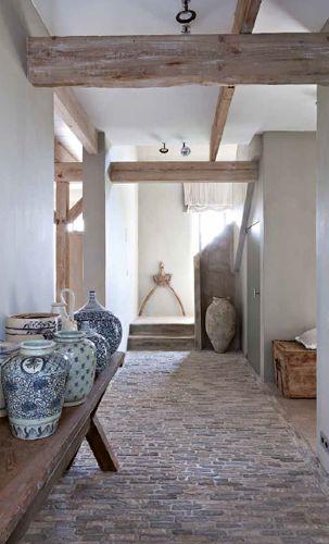 Rustige hal met stenen en houten balken