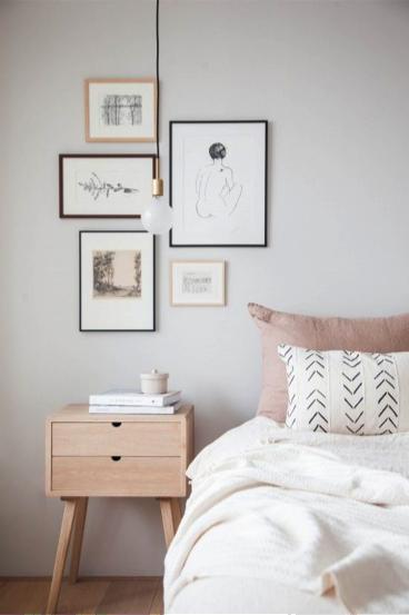 Kleine gallery wall in slaapkamer
