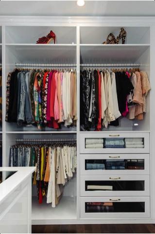 Walk-in closet kleurrijk