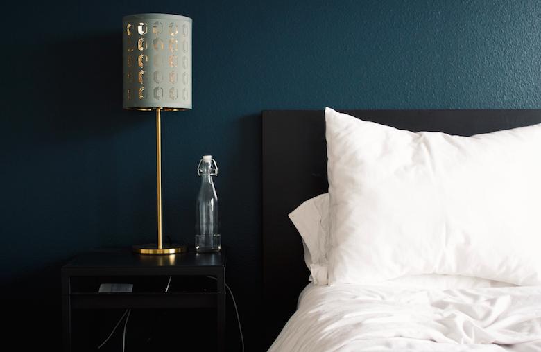 Waarom je voor donkere kleuren in je slaapkamer moet kiezen!